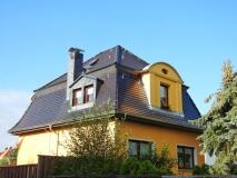 Dach-mit-Bieberschwanz-und-Schiefergaube